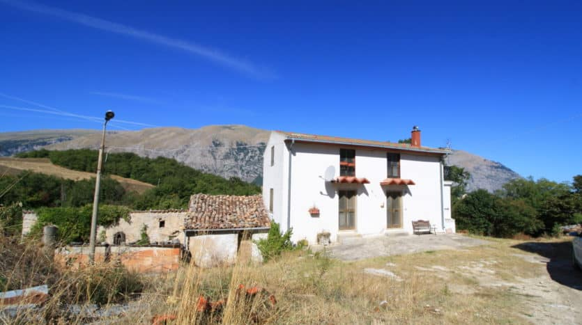 detached farmhouse in Toricella